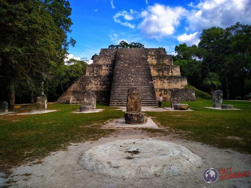 Templo en Tikal con tumulos Guatemala