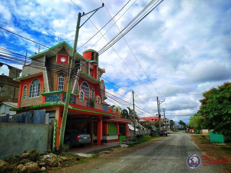 Calles de Corozal Hotel colorido Belize