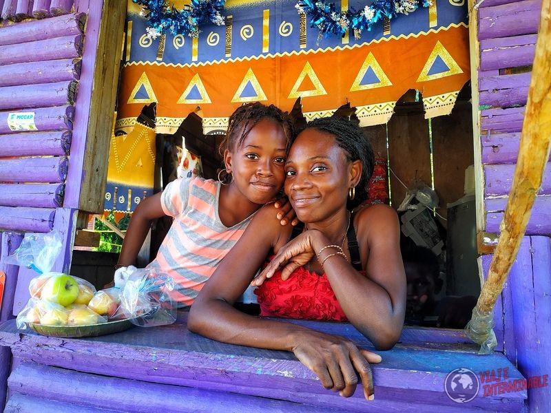 Madre e hija Pinneaple shop Riversdale Belize