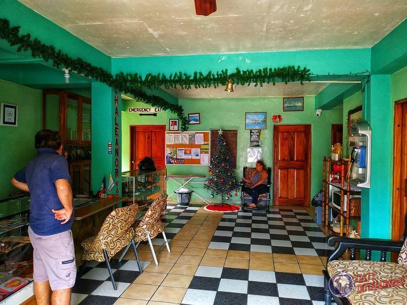 Recepción de Chaleanor hotel Dangriga Belize