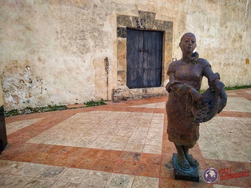 Estatua mujer Campeche Mexico