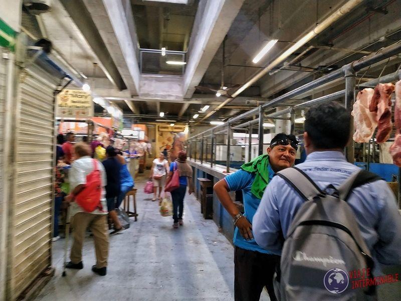 Mercado de Merida señores conversando Mexico