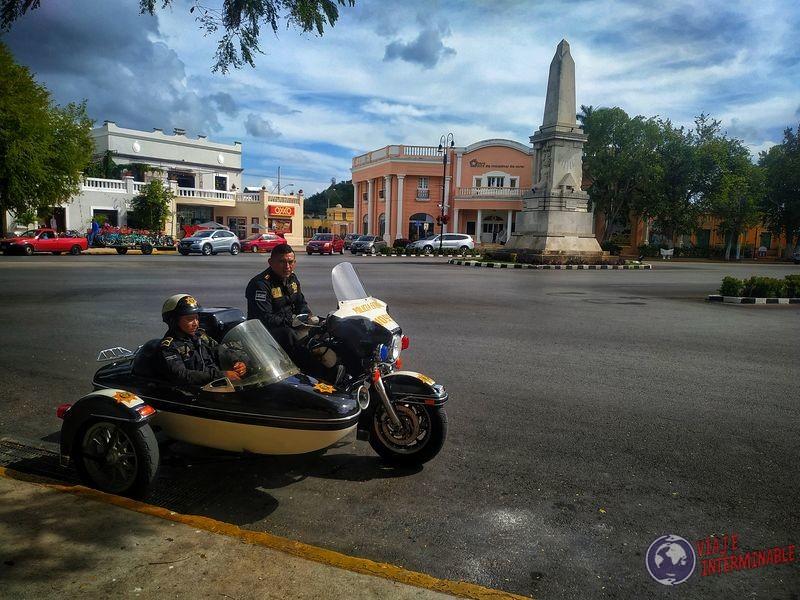 Moto acompañante policía obelisco Merida Mexico