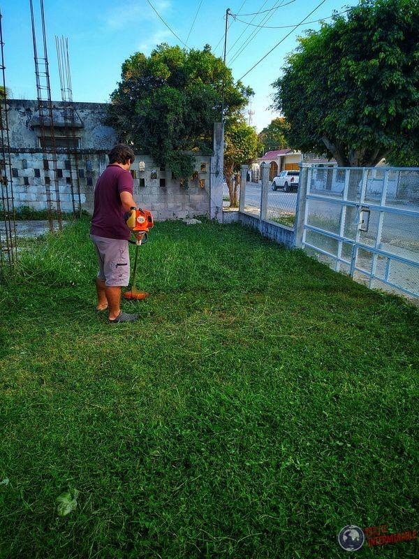 Cortando el pasto en Escarcega Mexico