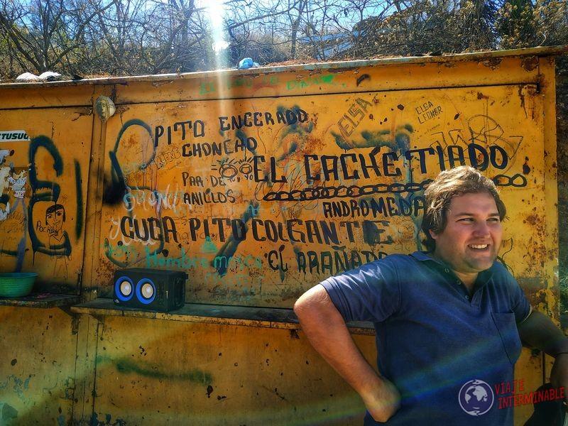 Grafitis raros detrás de Wa parada bus Ruinas Oaxaca