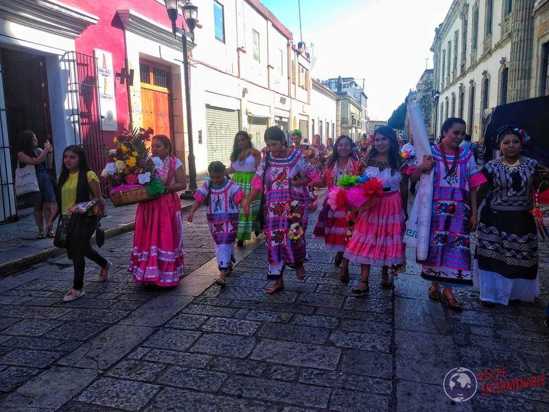 Mujeres vestimentas típicas Oaxaca Mexico