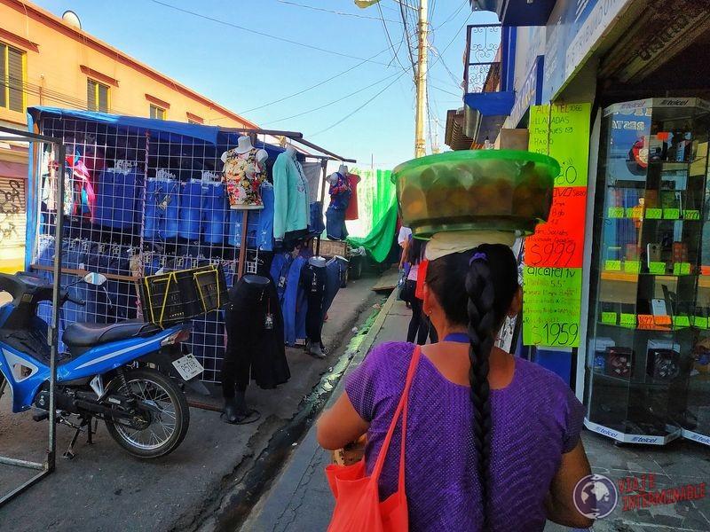Señora vendedora canasta cabeza Oaxaca Mexico