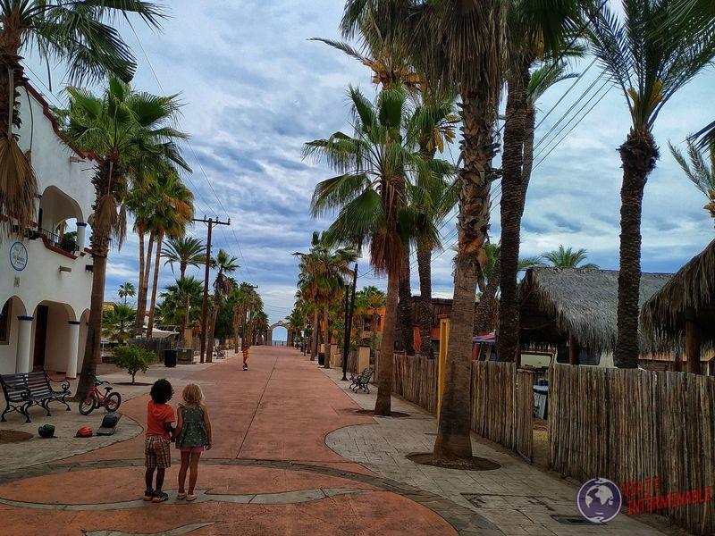 Niños jugando peatonal 2 Loreto Baja California Mexico