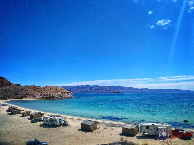 Playa con campers hacia Rosalía Baja California Mexico