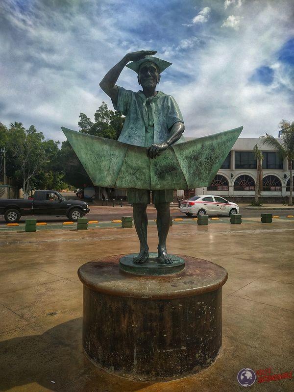 Señor con barquito de papel La Paz Baja California Mexico