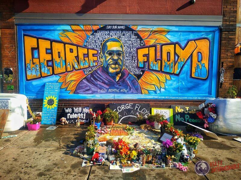 Memorial Floyd mural colores y flores Minneapolis USA