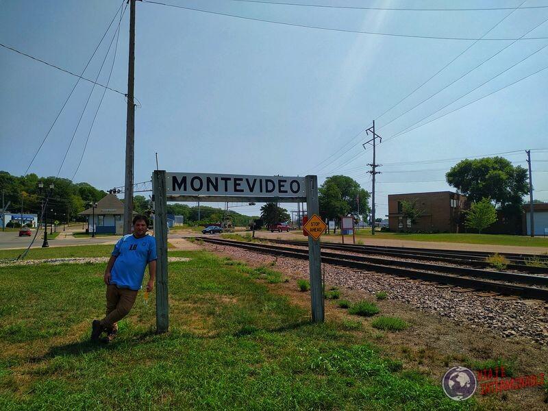 Montevideo cartel en estación de tren