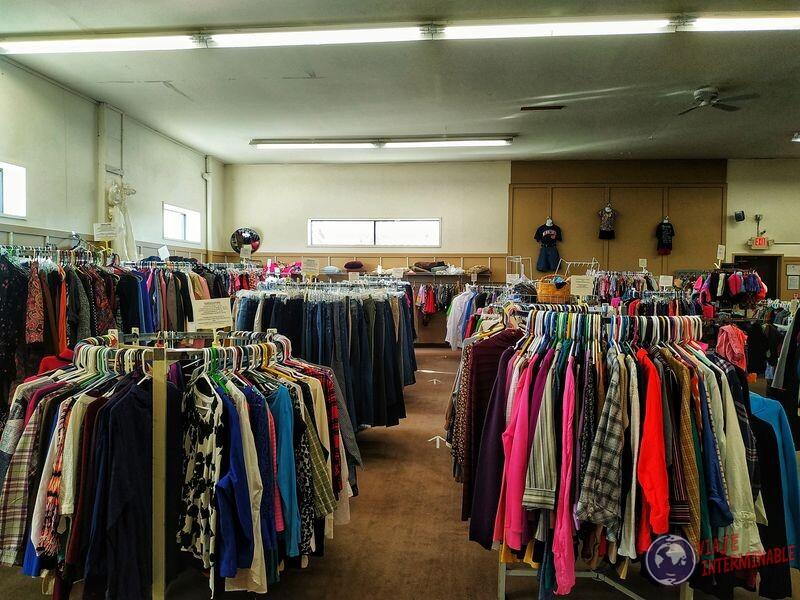 Thrift Store por dentro sección ropa Montevideo Minnesota EEUU