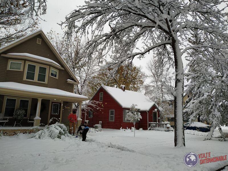 Sacando nieve con pala Montevideo Minnesota USA EEUU