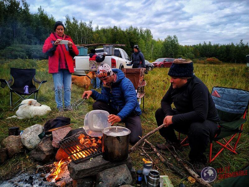 Cocinando hongos fogata Winsconsin EEUU USA