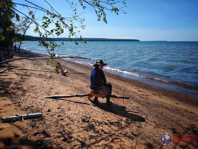Sentada tronco playa cuevas Lago Superior Winsconsin EEUU USA