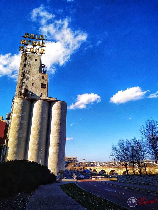 Good Medal Flour camino y puente arch bridge Minneapolis EEUU